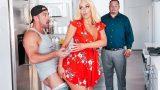 Bahçıvanı Ayartan Ev Hanımı Kocasına Yakalanıyor