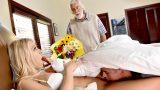 Yaşlı Kocasının Yerini Genç Üvey Oğluyla Dolduruyor