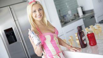 Şansını Zorlayan Şeker Kız Memelerine Krema Döküyor