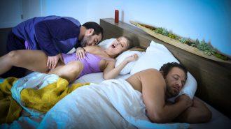 Yatağına Gelen Sapık Gence Kocasından Gizlice Amını Siktirdi